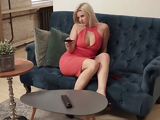Golden hottie Jessica Best is masturbating her aged pussy on the couch