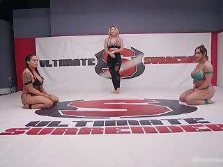 Muscled Brandi Mae and Jasmeen Lefleur take swan around with a strap on