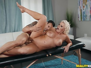 Massage leads the hot mature lady to crave be incumbent on sex