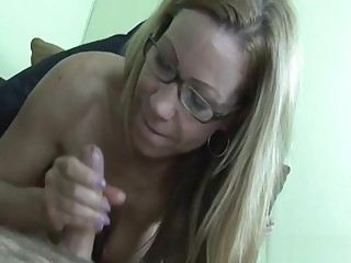 Mature spex babe gives a handie