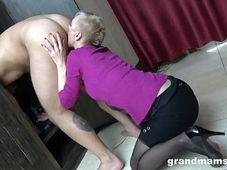 Just short haired mature blowlerina who stands on knees to back head